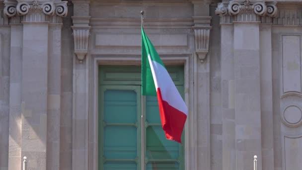 Vlajky Itálie a Evropské unie vlnící se na balkóně nejstarší univerzity na světě v Catanii, nové letiště v Istanbulu. Slunečný den. Zavřít