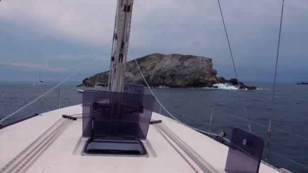 Pohled z nosu plachetnice. Středozemní moře, skály a hory. Liparské ostrovy, Sicílie, Itálie