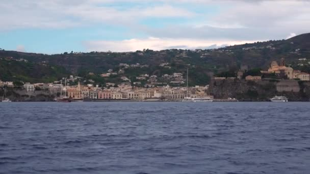 Malebný výhled ze Středozemního moře na městské krajině u moře. Liparské ostrovy, Sicílie, Itálie