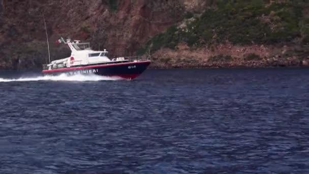 Záchranný člun s vlajkou Itálie plující ve Středozemním moři. Liparské ostrovy, Sicílie, Itálie