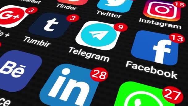 Pohybová grafická video animace ilustrující aplikace sociálních médií s rostoucím počtem upozornění na smartphone, černá obrazovka. Zavřít