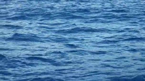Pohled z pohybující se runabout na modrých vlnách Středozemního moře