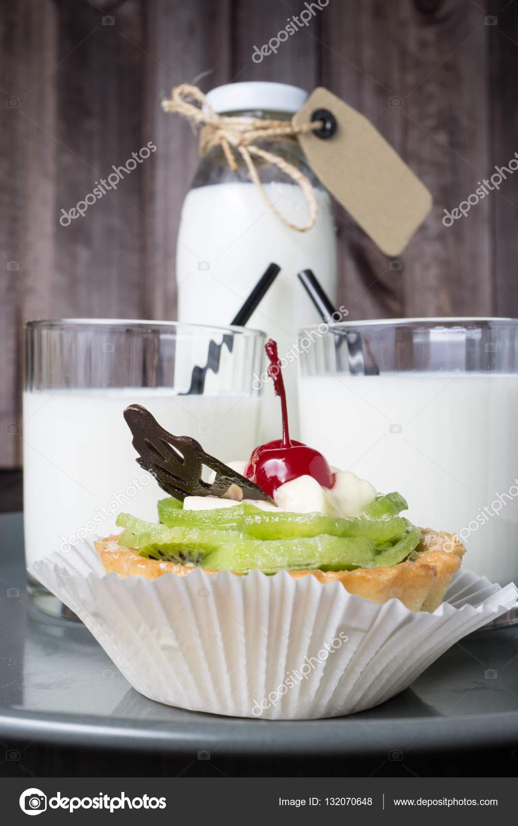 Genial Kuchen Auf Grau Und Verschwommen Flasche Milch Mit Zwei Transparenten Glas  U2014 Stockfoto