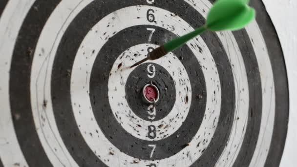 Három nyilat dobsz a célba, és kihagysz egy 10 pontos kört. hibák elkövetése, kudarc vezet a sikerhez, tökéletlenség elérése célok koncepció 4k Uhd videó