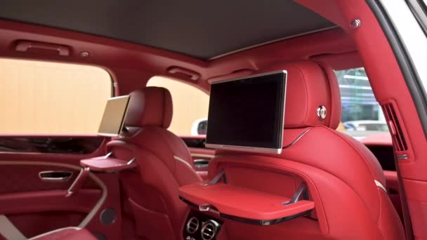 Crewe, Uk - Leden 2020 - Bentley Bentayga Speed zadní sedadla monitory v prodejně showroomu