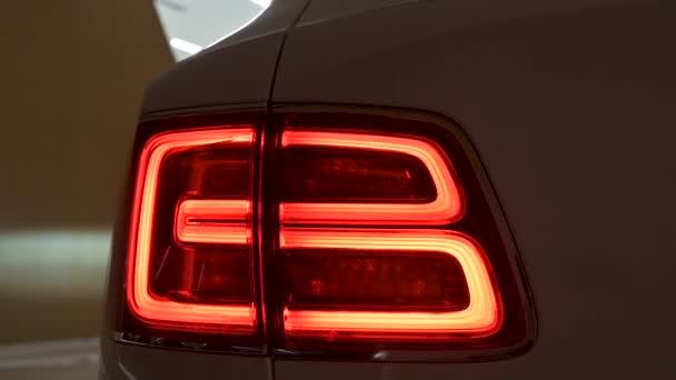 Crewe, Uk - Leden 2020 - Bentley Bentayga Speed tlumené zadní světla pohled na prodejce showroom