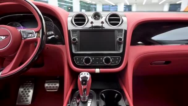 Crewe, Uk - Leden 2020 - Bentley Bentayga Speed entertaiment systém pohled na prodejce showroom
