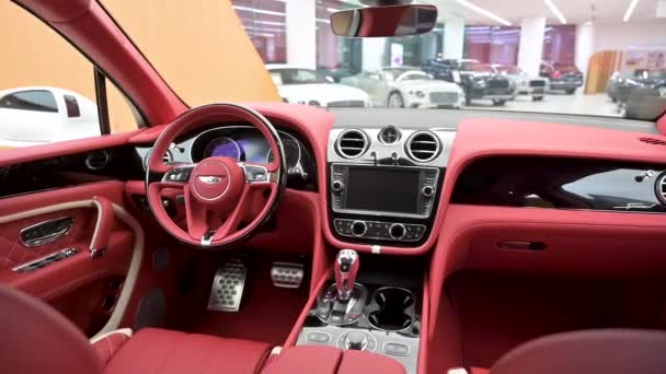 Crewe, Uk - Leden 2020 - Bentley Bentayga Speed pohled zepředu ze zadních sedadel v prodejně showroomu