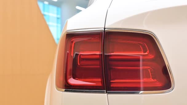 Crewe, Uk - Leden 2020 - Bentley Bentayga Speed koncová světla pohled na prodejce showroom