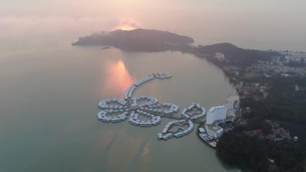 Port Dickson, Negeri Sembilan / Malajzia - Január 25, 2020: Hibiszkusz virág és stigma alakú szállodák és üdülőhelyek