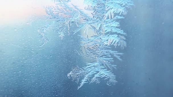 Hoarfrost üvegen, hópelyhek közelsége.