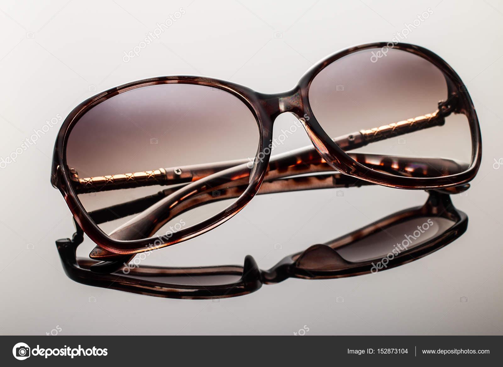 f1d5334c783f7 óculos de sol elegantes em fundo preto — Fotografias de Stock ...