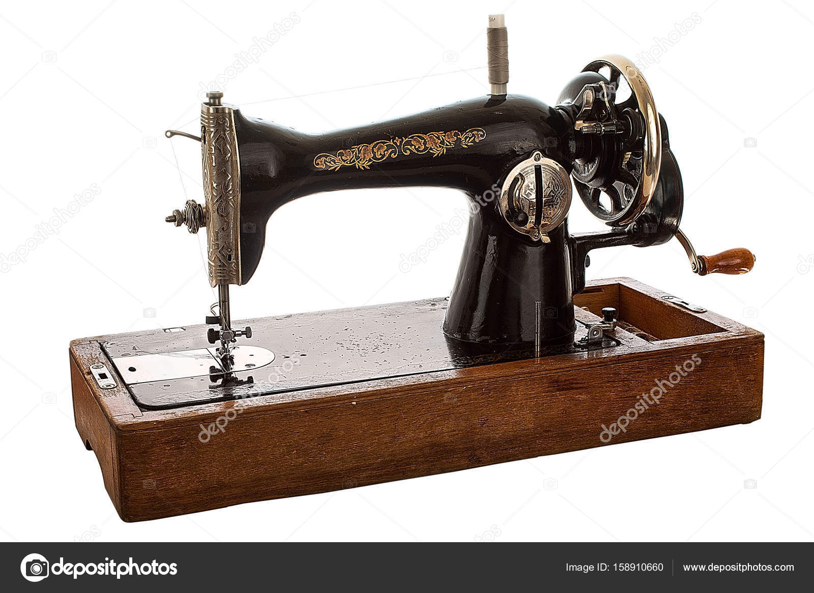 Una máquina de coser de mano antiguo, sobre fondo blanco