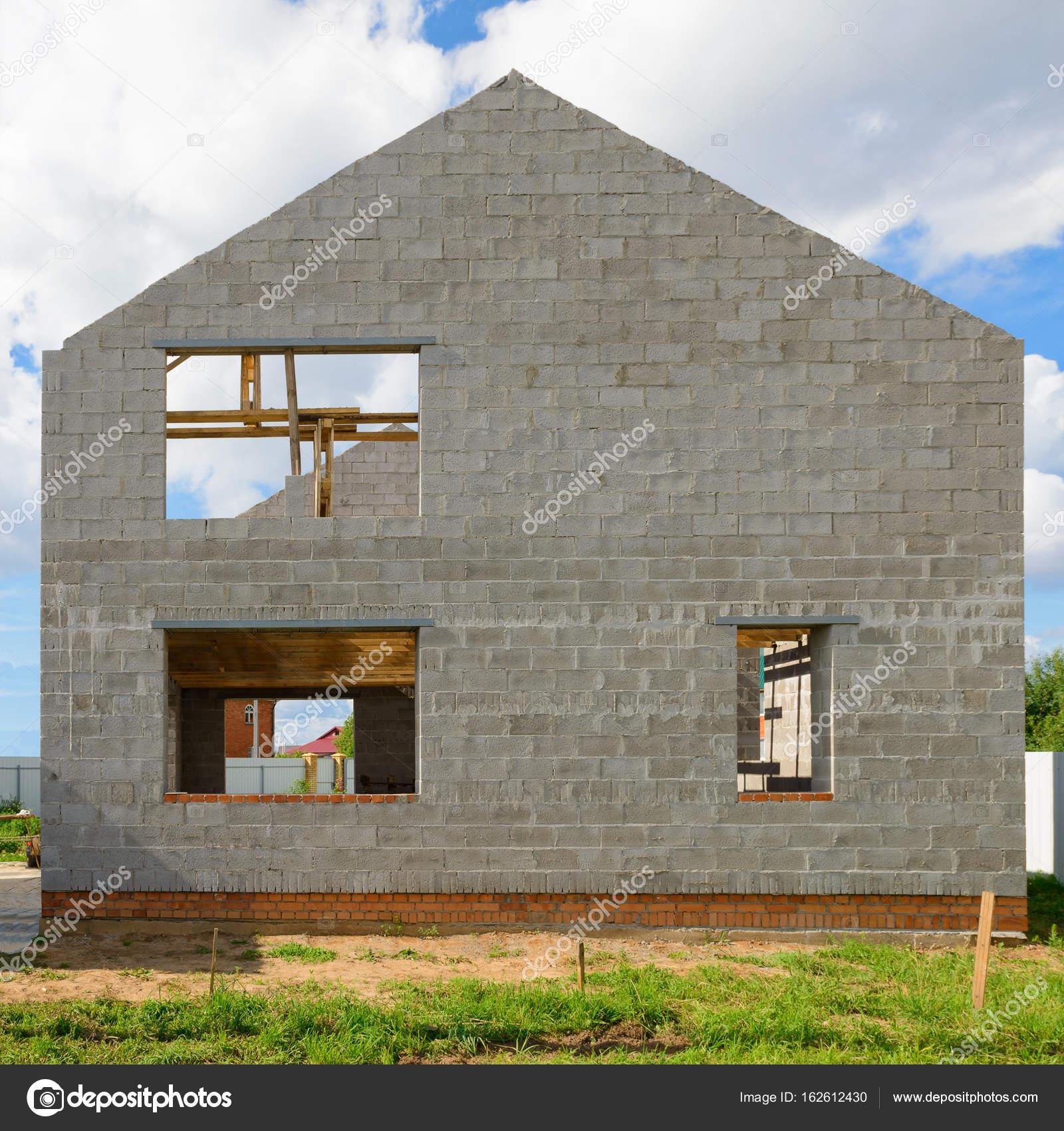 El marco de una nueva casa de bloques y ladrillos — Foto de stock ...