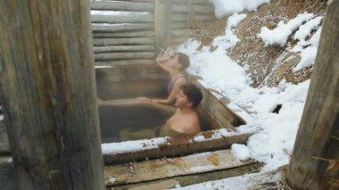 Een Warme Winter : Prores codec. een man en een meisje neem een bad van warme
