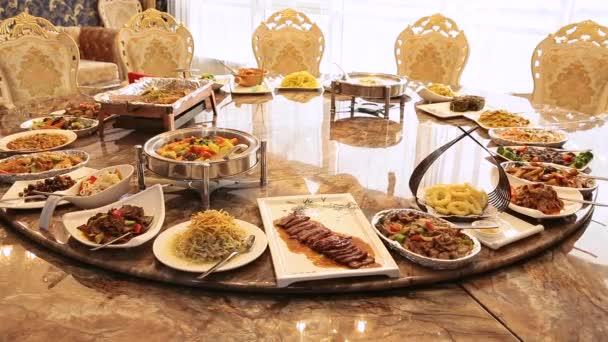 Čínská restaurace v hotelu. Kulatý stůl s kroucením pokrmy čínské kuchyně