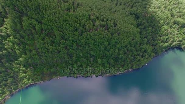 Luftaufnahmen. Himmlische Landschaft der Landschaft mit einem Bergsee in Sibirien in der Nähe des Baikalsees. Warmen See des Flusses Snezhnaya. Wydrino