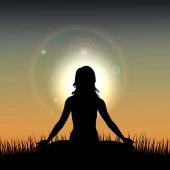 Silueta ženy působí jóga proti východu slunce. Vektorové ilustrace