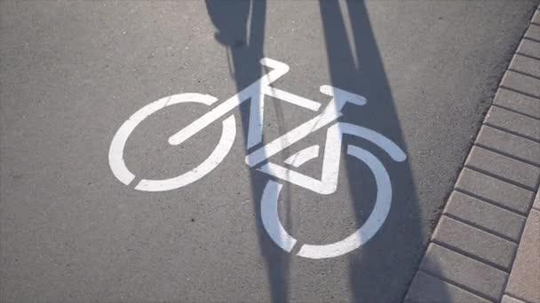 Značka jízdního pruhu s projíždějícím mužem