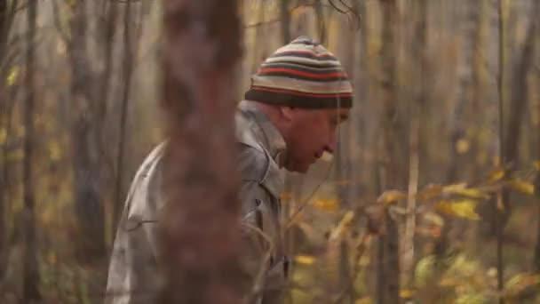 Gombaszedő sétál az erdőben egy kosárban, és keresi a gombát