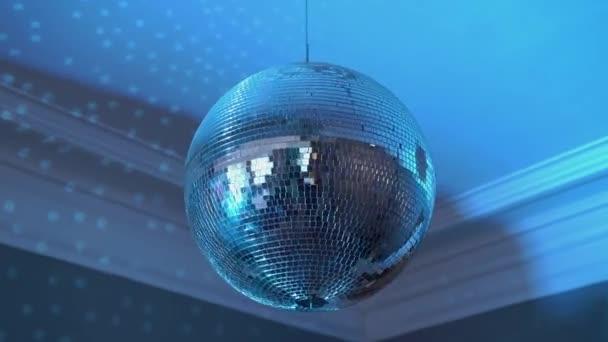 Disco labda forog a lakásban, vakító kék fény az egész szobában
