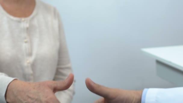 Pacient a lékař potřesení rukou zblízka, konzultace na klinice, zdravotní péče