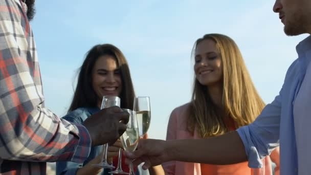 fröhliche junge Freunde, die Cocktails auf Himmelshintergrund trinken, glücklich zusammen