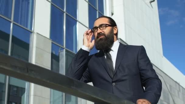 Fáradt üzletember dörzsöli templomok és levetkőzik szemüveg szabadban, fejfájás