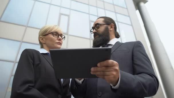 Izgalmas üzleti partnerek tesztelés új crm rendszer tabletta elégedett az eredménnyel