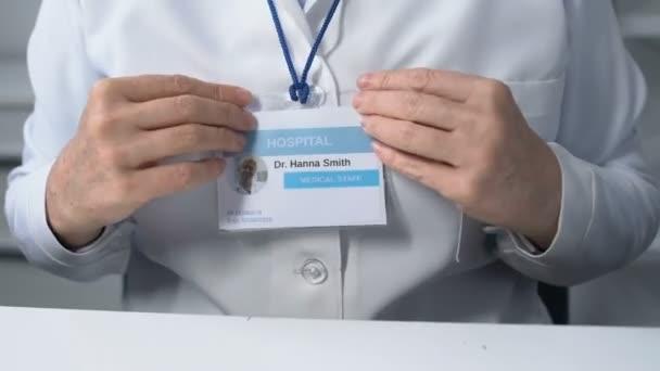 Ärztin berührt Beige Vorbereitung auf Termin, Personalausweis
