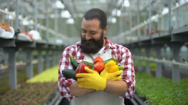 Vzrušený farmář drží hrst čerstvé sklizně, ekologická produkce zeleniny