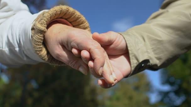 älterer Mann und Frau Händchenhalten, älteres Paar romantisches Date, Liebesnähe