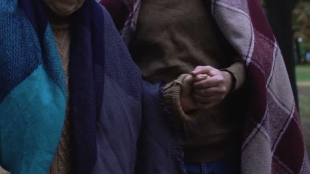 Idős férfi segít és támogatja érett nő, idős pár séta utca