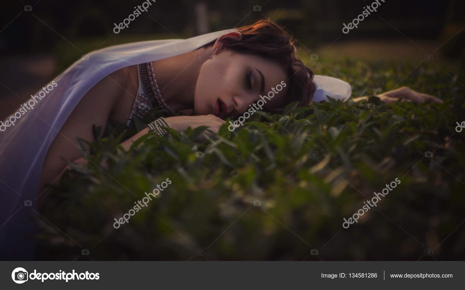 Belle Femme Brune Dormir Dans L Herbe Et Des Fleurs Dans Les