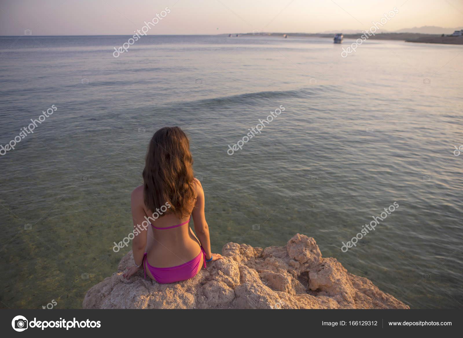 26759f280ba Νέοι σέξι μελαχρινή γυναίκα με μακριά μαλλιά που κάθεται σε έναν ...