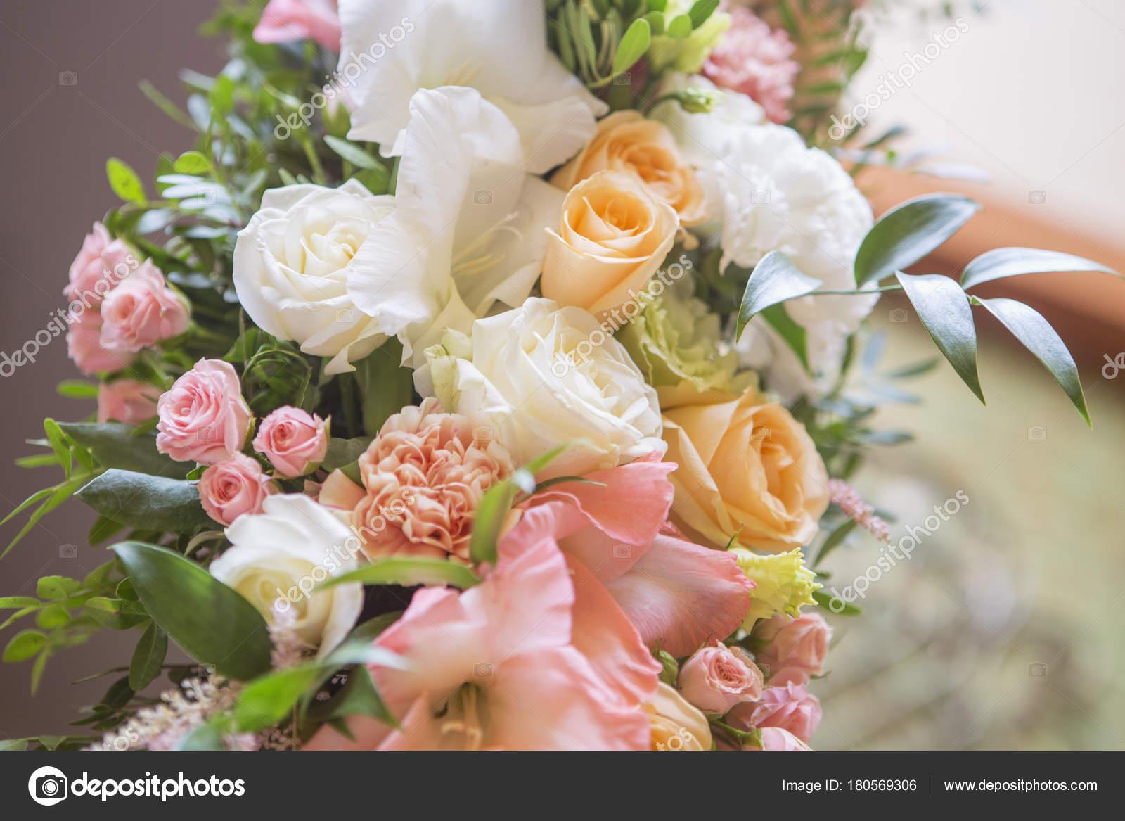 Svatebni Oblouk Vyzdoba Plna Kvetu Ruze A Eustoma Svicky A Stock