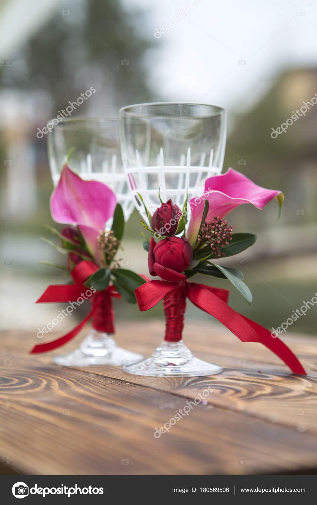 2513ac84c793 Uppsättning av bröllop glassess med vin färg blommor och band på en —  Stockfoto