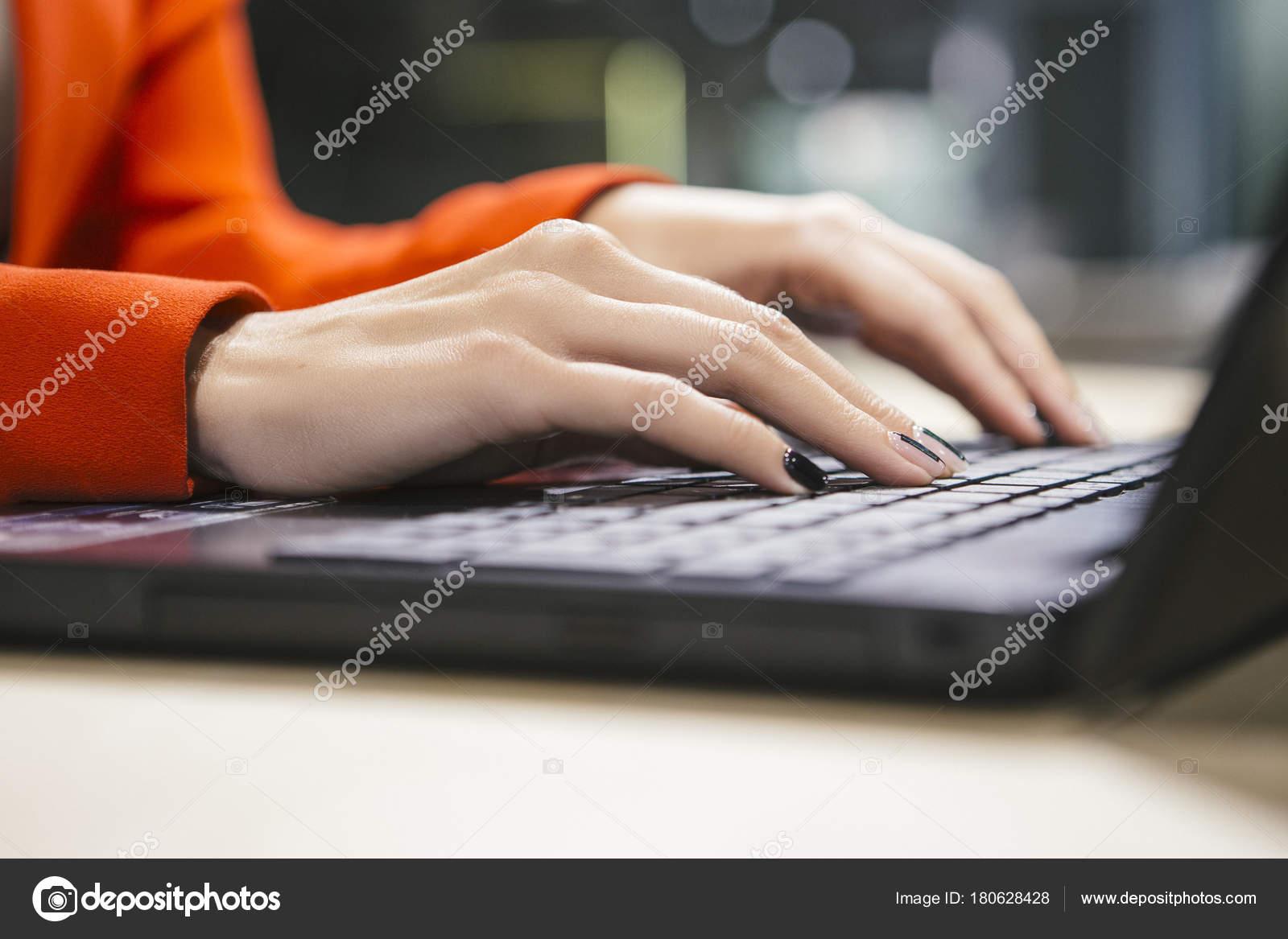 Femme affaires assis dans son bureau moderne veste rouge luxe