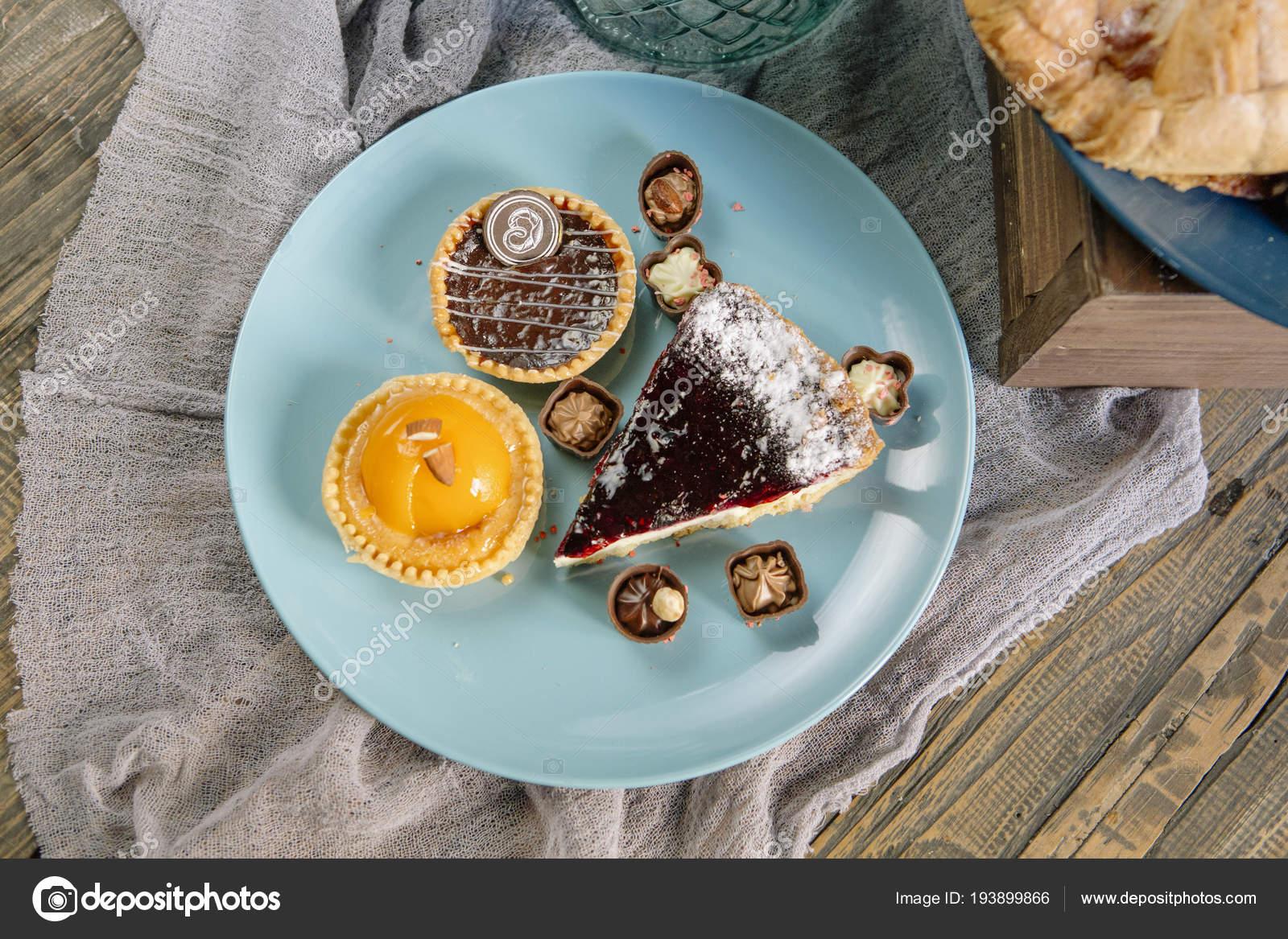 Susse Bar Leckere Kuchen Sussigkeiten Und Kuchen Auf Einem Holztisch