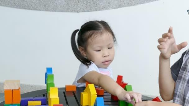 děti si hrají s barevnými stavební bloky