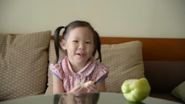 dívka jíst ovoce guava