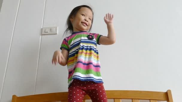 dívka tančí se šťastným úsměvem, pomalý pohyb