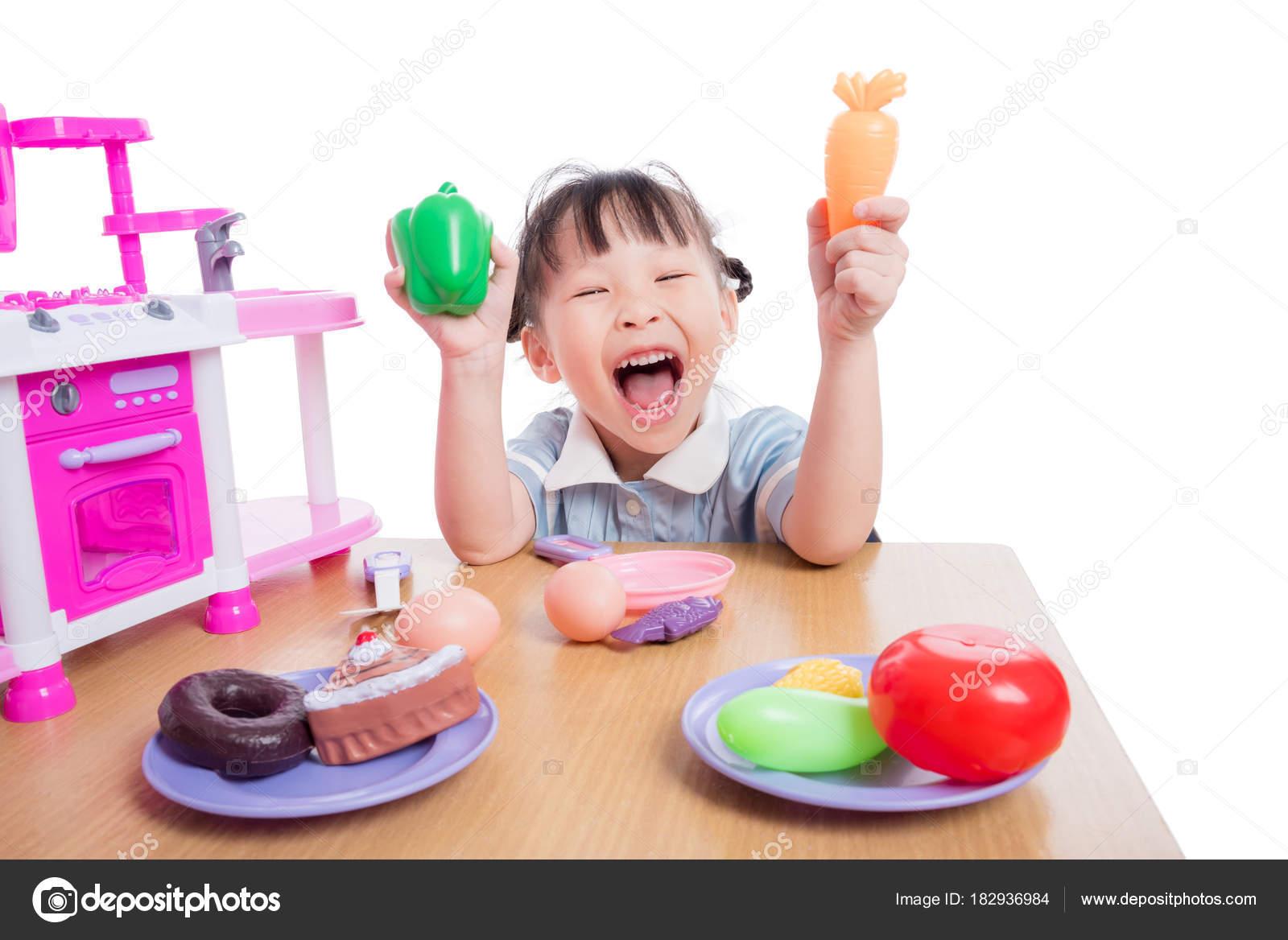 Bambina che gioca con il giocattolo di cucina sopra bianco — Foto ...