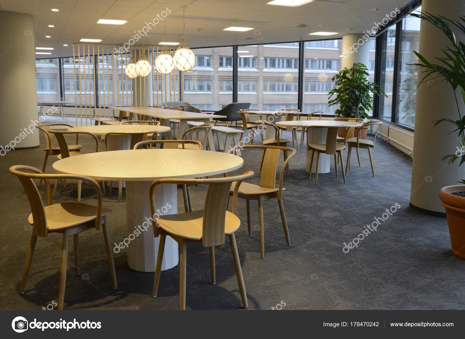 Een Lege Cafetaria Interieur Schot Grote Ramen Laten Licht ...