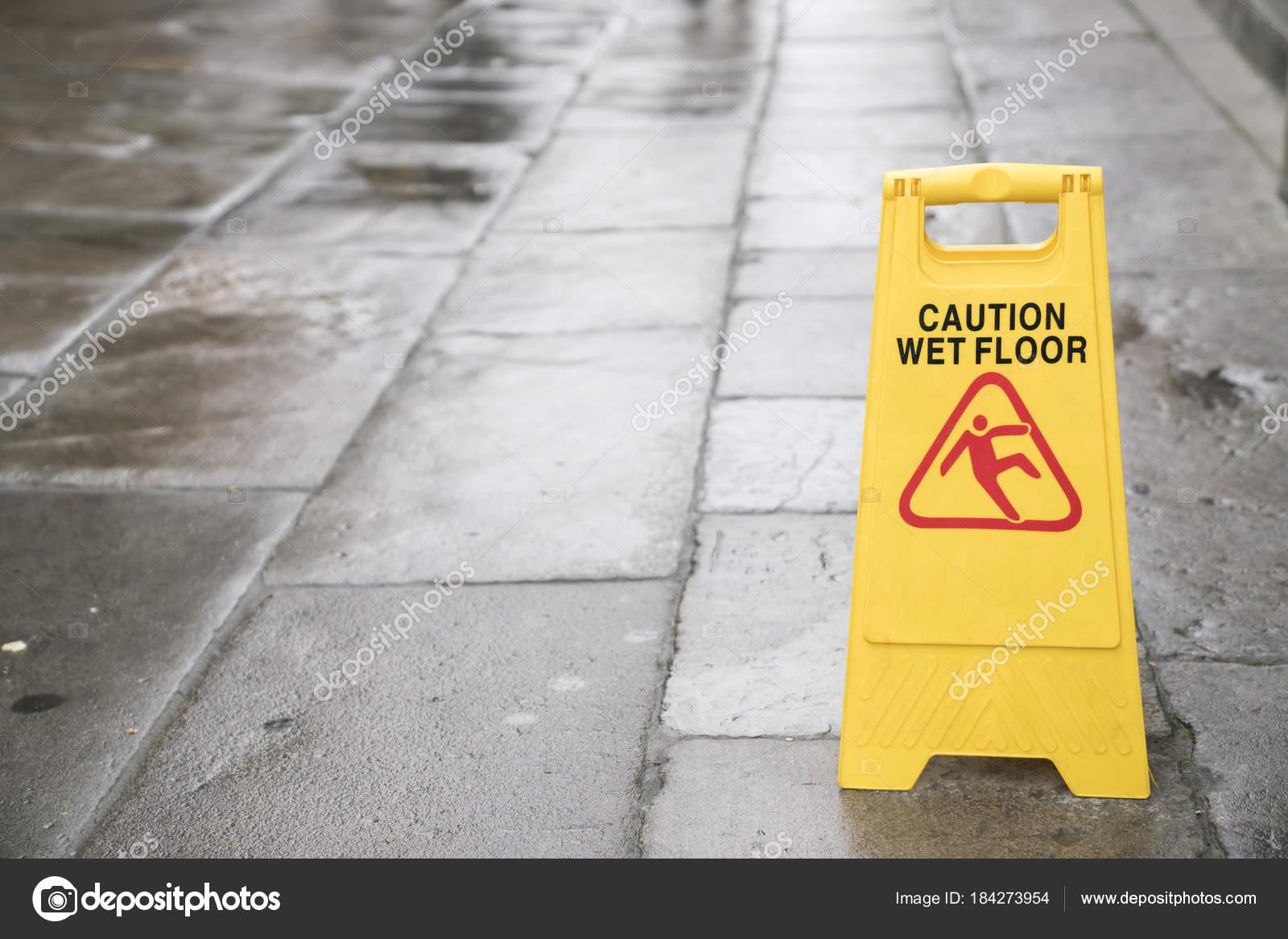 Attenzione pavimento bagnato iscriviti sulloutdoor u2014 foto stock