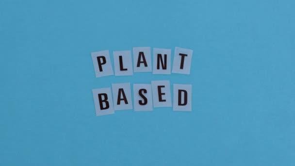 környezettudatos fogyasztói döntések koncepcionális illusztráció, kézzel elhelyezett levelek a vegán és környezetbarát termékek és étrend növényi alapú szövegmetaforája mellett