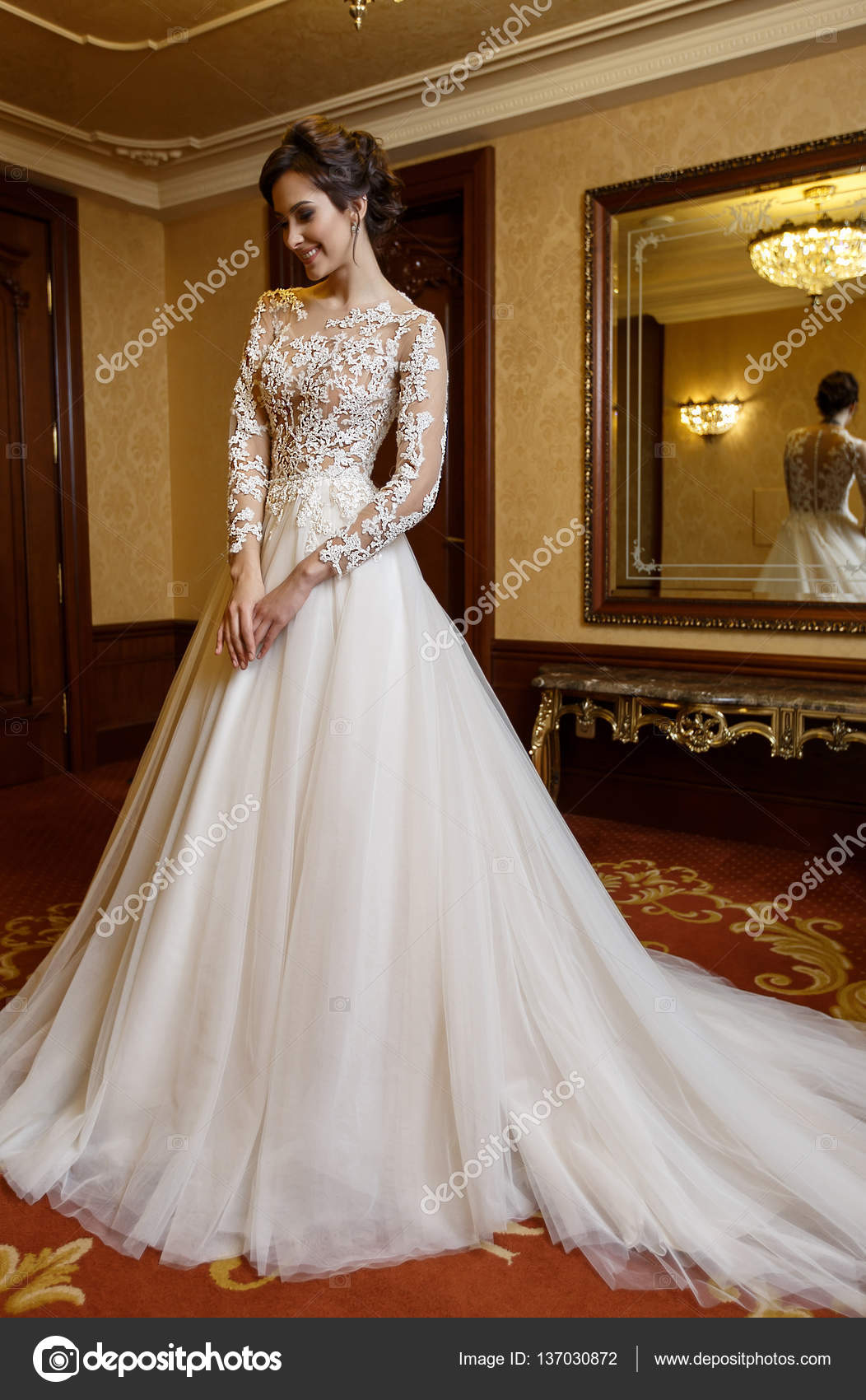 Hübsche Frau im Luxus Brautkleid mit Spitze innen — Stockfoto ...