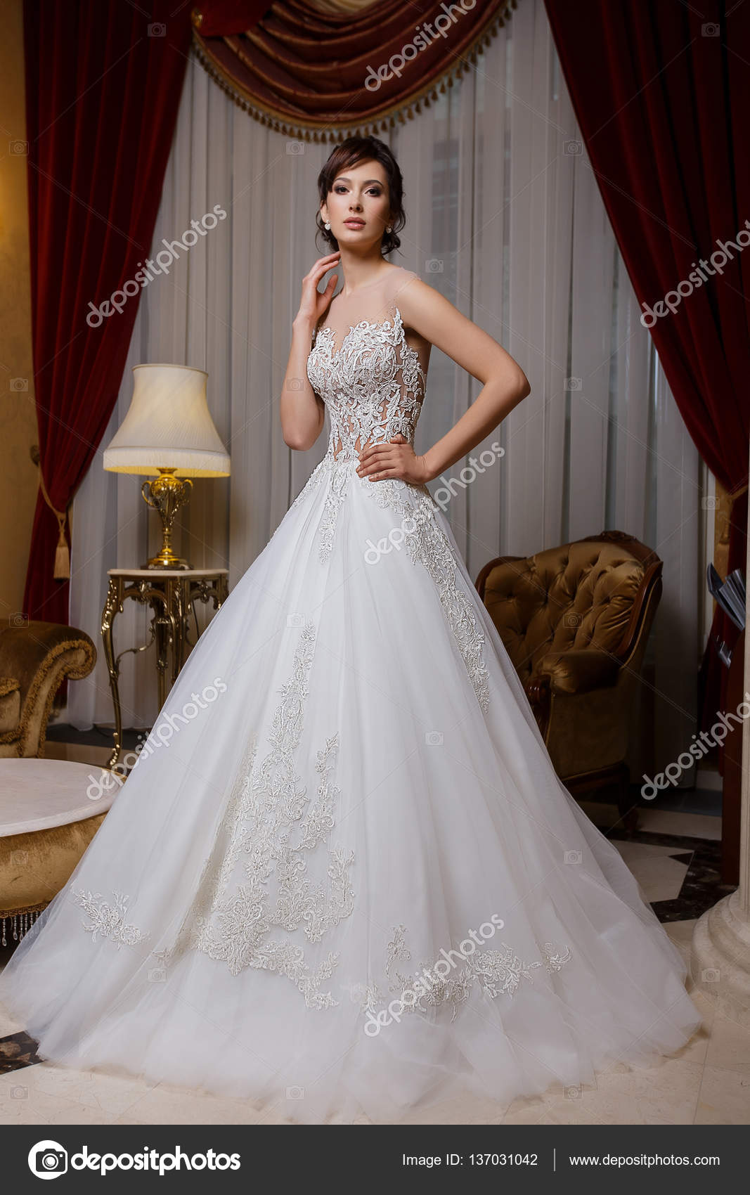 Piękna Kobieta W Romantyczne Wesele Sukienka Z Koronki Na Tle
