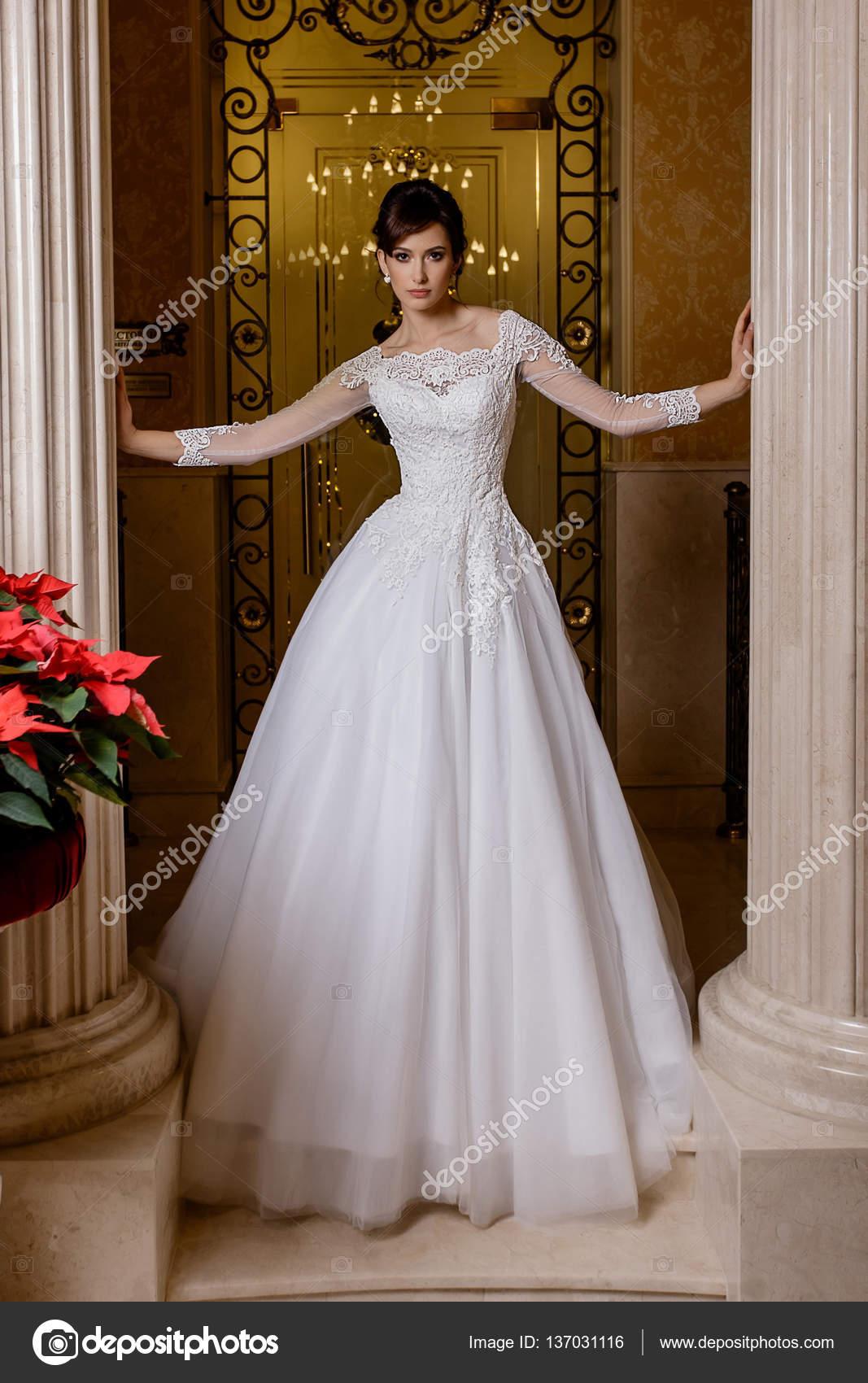 Hübsche junge Frau in romantisches Brautkleid mit Spitze auf Glamour ...