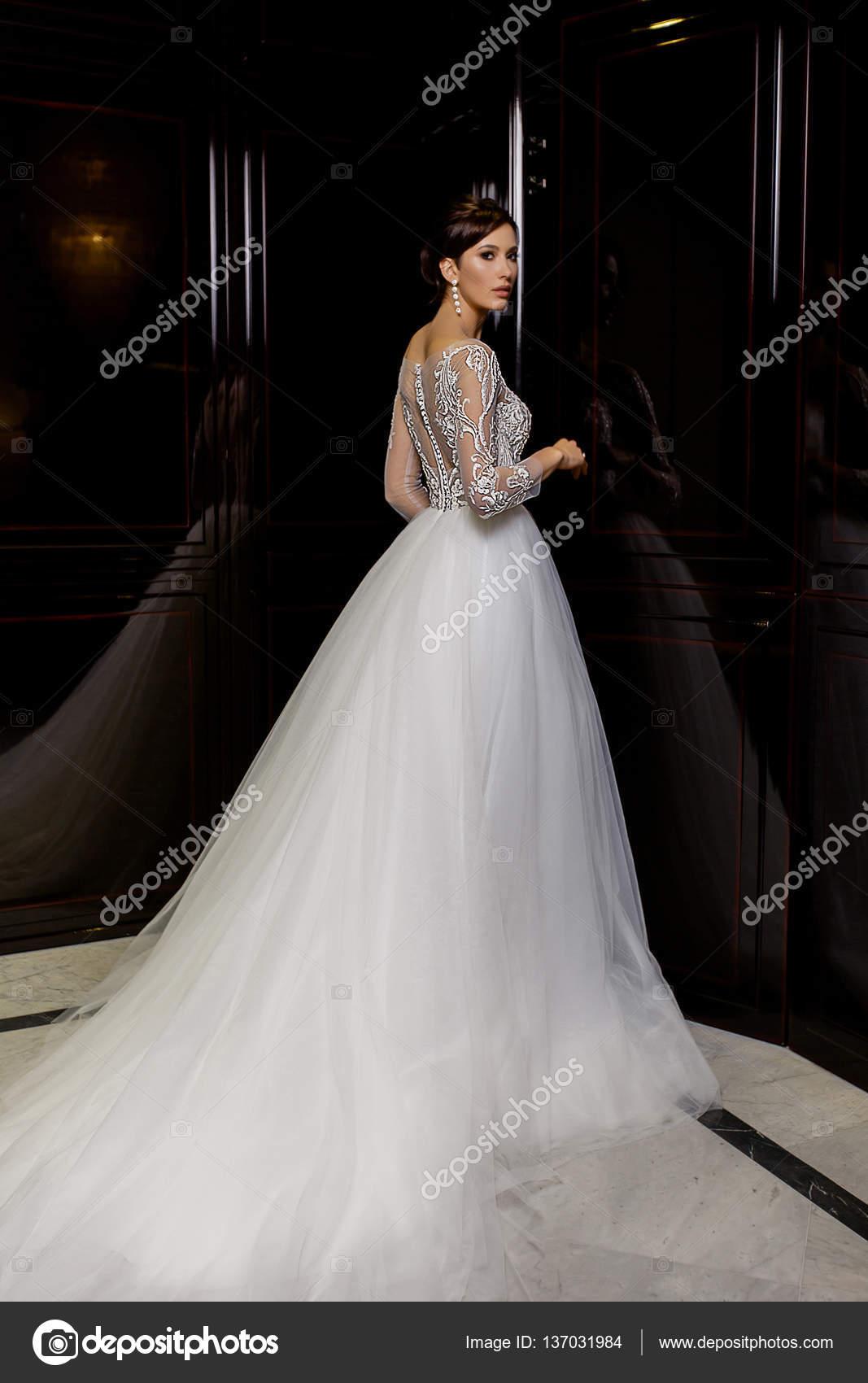 Cocktailjurk Lang.Aantrekkelijke Jonge Brunette Model Vrouwelijke Poses In Lang Bruids